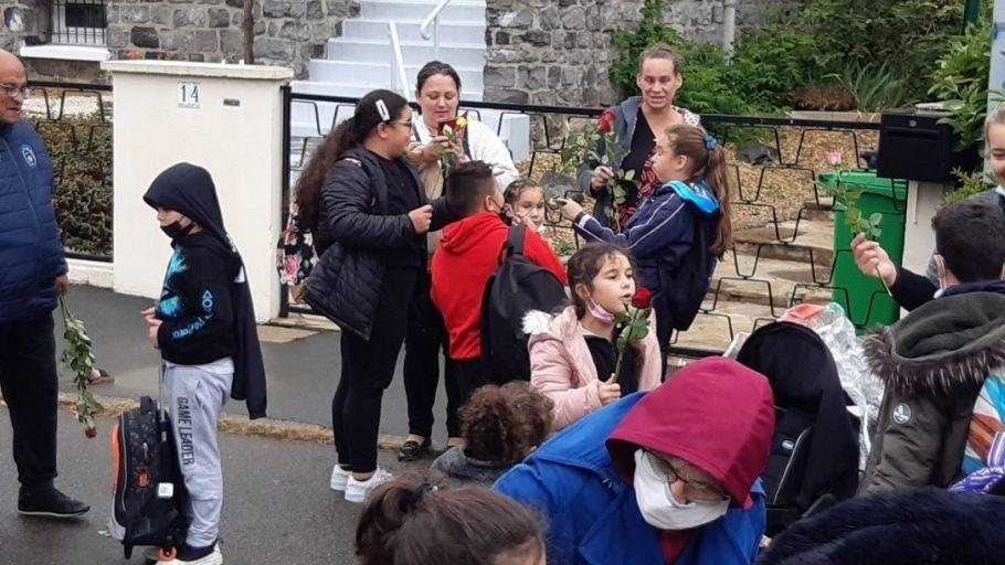 distribution roses St Thérèse école St Martin